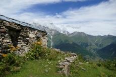 Georgien - Wanderung über den Baki-Pass, Almhütte vor dem Uschba