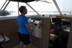 Mit dem Hausboot durch Friesland - Monika darf auch mal fahren