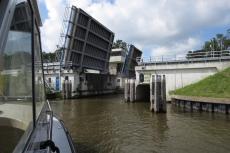 Mit dem Hausboot durch Friesland - Bolsward - Brücke der Autobahn A7