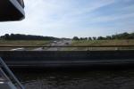 Mit dem Hausboot durch Friesland - Kanalbrücke über die A32
