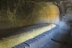 Kappadokien: Aus dem Stein gehauener Esstisch eines Felsenklosters
