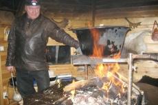 Lapplands Drag: Tord zaubert in der Grillhütte