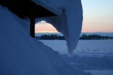 Lapplands Drag: Sonnenaufgang hinter der Hütte