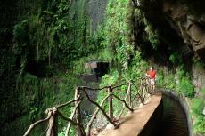 Madeira - Wasserfall zwischen zwei Tunneln