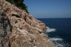 Mallorca - Felsküste nahe des Höhleneingangs