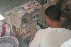 Marokko: Herstellung von Mosaiksteinchen