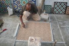 Marokko: Mosaikherstellung - sichtbar ist nur die Rückseite