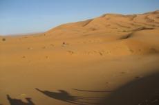 Marokko: Einsame Wanderer im Erg Chebbi