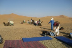 Marokko: Die Ausrüstung wird verstaut