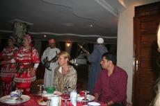 Marokko: Unsere Reiseleitung im Berberrestaurant