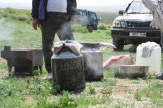 Mongolei: Hammel in der Milchkanne
