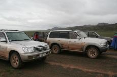 Mongolei: Verschlammte Autos bei Regen