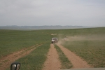Mongolei: Unser Tross auf staubiger Piste