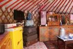Mongolei: Moderne Technik neben dem Hausaltar
