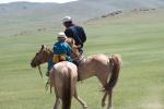 Mongolei: Vater und Sohn reiten aus
