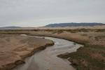 Mongolei: Kleiner Fluss vor den Dünen von Khongoryn Els