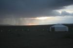 Mongolei: Schauerzelle über der Wüste
