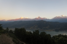 Nepal - Ganz links: Dhaulagiri (8167m), dann das Annapurna-Massiv (8091m)