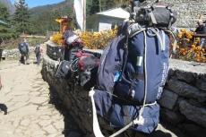 Nepal - Unser Gepäck am Wegesrand