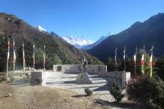 Nepal - Tenzing Norgay vor dem Everest