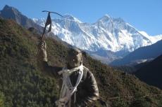Nepal - Tenzing Norgay vor Everest (8848m) und Lhotse (8516m)