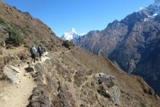 Nepal - Schmaler Pfad im Khumbu-Tal (hinten: Ama Dablam)