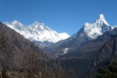 Nepal - Blick von der Terrasse des Everest View Hotels (links: Everest, halblinks: Lhotse, rechts: Ama Dablam)