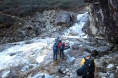 Nepal - Eisige Bachquerung