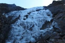Nepal - Eiswand im schattigen Tal
