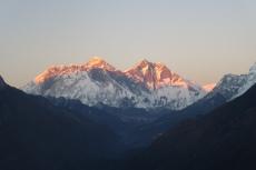 Nepal - Die letzten Sonnenstrahlen auf dem Everest