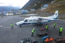 Nepal - Die erste Maschine des Tages ist in Lukla gelandet