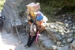 Nepal - Ein Träger macht Pause