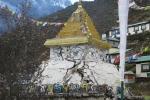 Nepal - Vom Erdbeben beschädigte Stupa in Namche Bazar