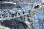 Nepal - Yaks auf der Brücke über den Bhote Koshi