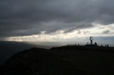 Nordkap, Hurtigruten und Lofoten: Mitternachtssonne hinter dicken Wolken