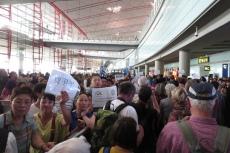 Menschenmasse am Flughafen Peking