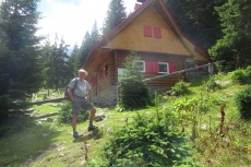 Karpaten - Tomas vor 'seiner' Hütte im Sambata-Tal