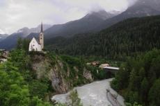 Via Engiadina - St. Georgskirche über dem Inn