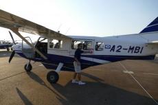 Botswana - Pilot mit Gippsland GA-8 nach dem Flug über das Okavangodelta
