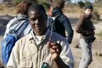 Botswana - Ranger Paladi zeigt einen Stachelschwein-Stachel