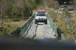 Botswana - Gegenverkehr auf verstärkter Holzbrücke